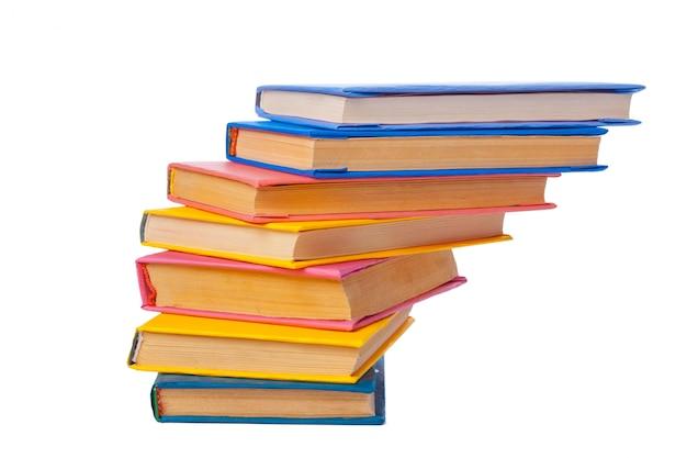 Stapel boeken op wit wordt geïsoleerd