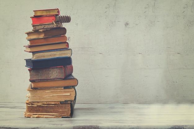 Stapel boeken op witte houten