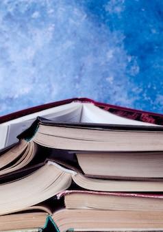 Stapel boeken opgestapeld tegen blauwe achtergrond