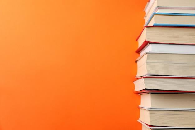 Stapel boeken over oranje ruimte, ruimte voor tekst