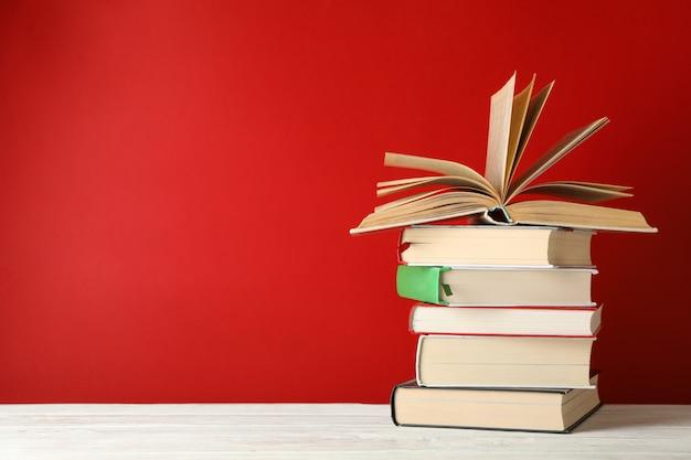Stapel boeken tegen rode ruimte, ruimte voor tekst
