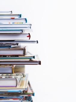 Stapel boeken van kinderen op een witte achtergrond.