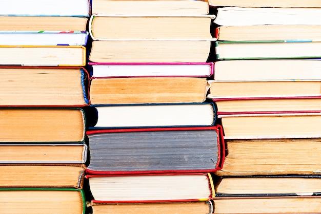 Stapel boekenachtergrond. veel boekenstapels