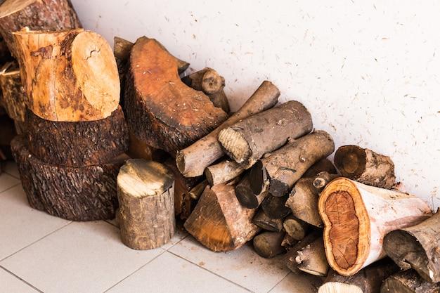 Stapel brandhout. bereiding van brandhout voor de winter.