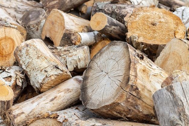 Stapel brandhout en houtblokken.