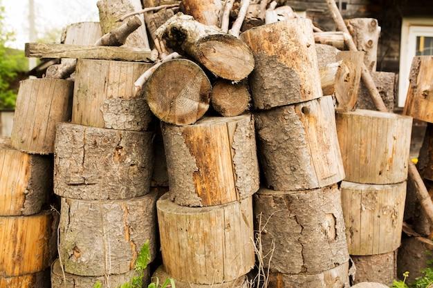 Stapel brandhout in het dorp. voorbereiding van brandhout voor de winter