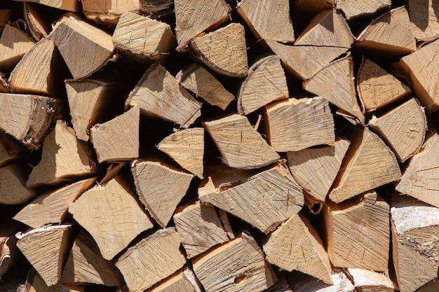Stapel brandhout van berkenboom, voor het verwarmen van huis, gestapeld in achtertuin, ongemaaid hout, berk. concept milieuvriendelijke huisverwarming tijdens het koude seizoen.