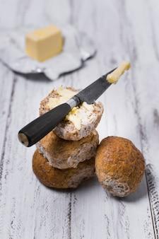 Stapel broodjes met mes en boter