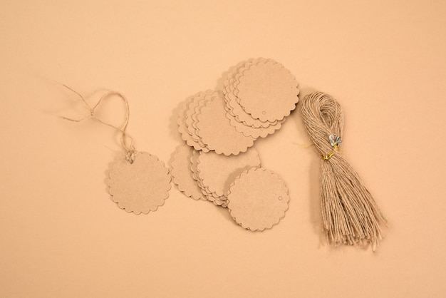 Stapel bruine papieren tags en touw, bovenaanzicht
