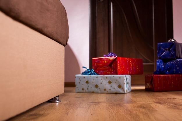 Stapel cadeautjes naast bankverjaardagscadeaus in lege ruimte waar zijn de geadresseerde dozen die vreugde brengen