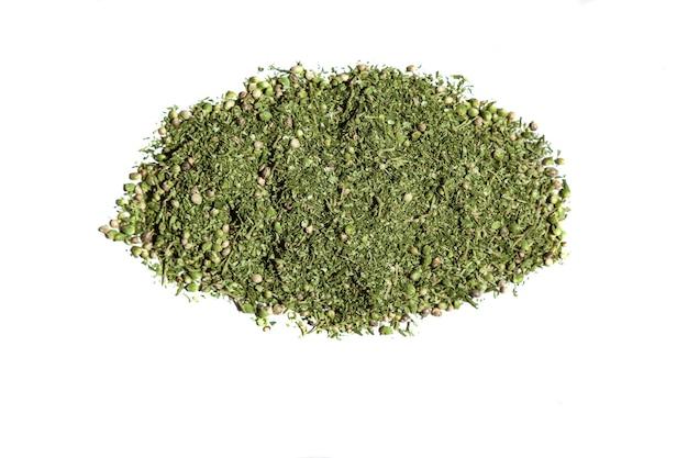 Stapel cannabis. grote groene stapel hennep met zaden en kleine blaadjes op de witte tafel.