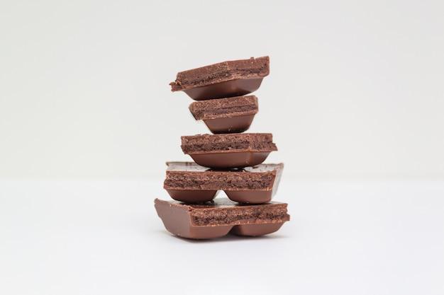 Stapel chocoladestukjes op een witte muur