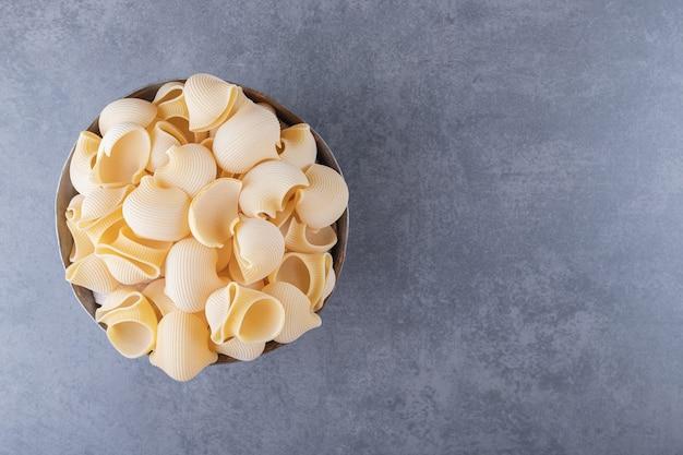 Stapel conchiglie pasta in klassieke mok.