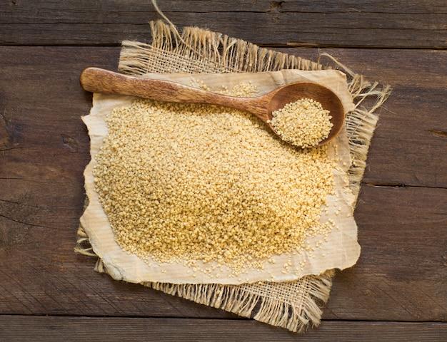 Stapel couscous in een houten lepel