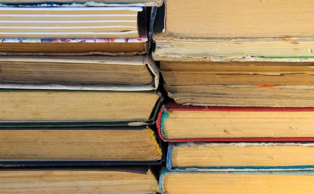 Stapel de oude boeken. boeken achtergrond