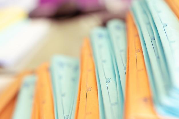 Stapel documenten die op een bedrijfsbureau in een bedrijfsbureau worden geplaatst.