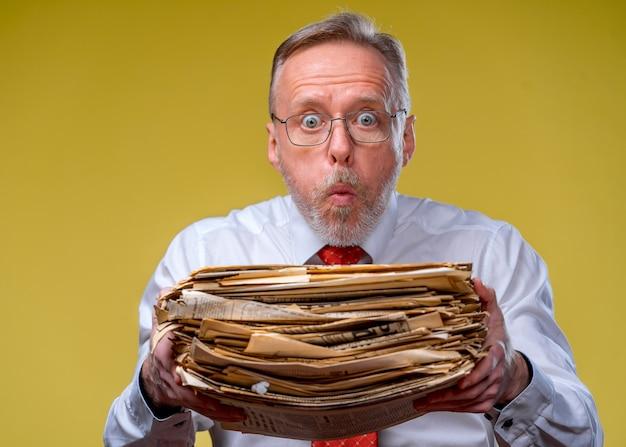 Stapel documenten in handen.