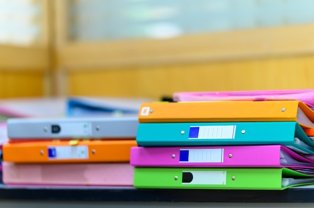 Stapel documenten op houten bureau op kantoor