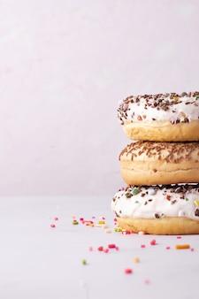 Stapel donuts met verschillende beglazing en kleurrijke hagelslag