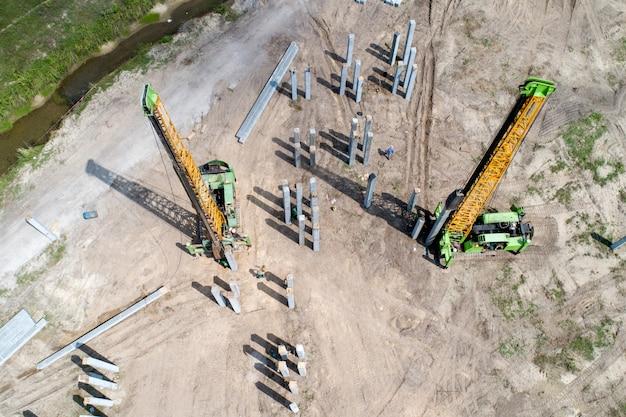 Stapel drijvend werk bij bouwwerf