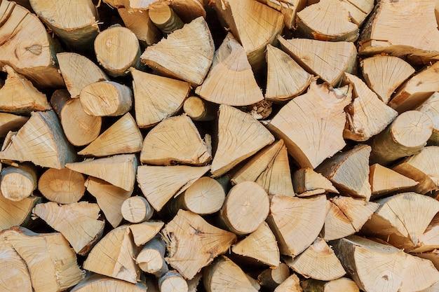 Stapel droge gehakte houten logboeken.