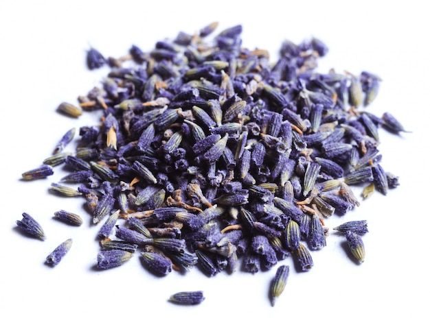 Stapel droge lavendelbloemen op een witte achtergrond.