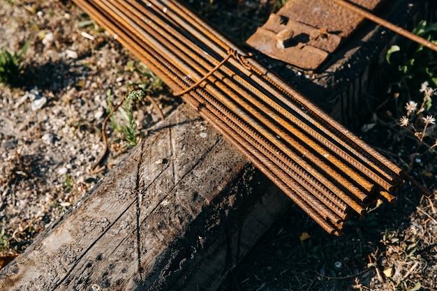 Stapel een roestige metalen ankerstaven.