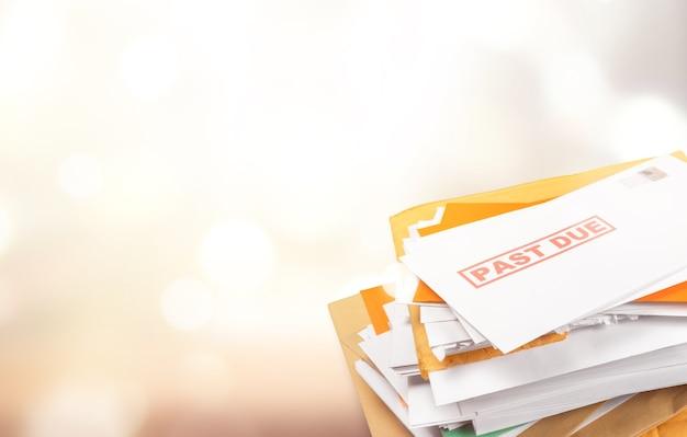 Stapel enveloppen met achterstallige energierekeningen geïsoleerd op wit