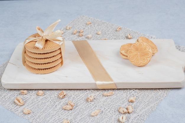 Stapel feestelijke koekjes en pinda's op een houten bord. hoge kwaliteit foto