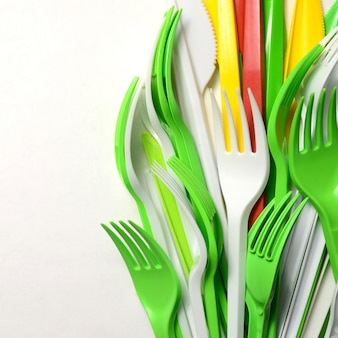 Stapel felgeel, groen en wit plastic keukengerei voor eenmalig gebruik