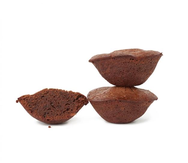 Stapel gebakken ronde browniecakes die op een witte ruimte worden geïsoleerd