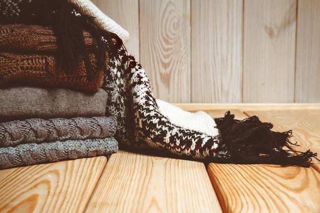 Stapel gebreide truien op een houten