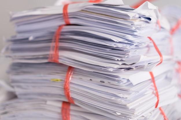 Stapel gebruikt papier en oud document verpakt klaar om te worden verzonden voor recycling