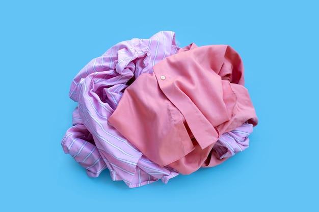 Stapel gebruikte kleding.
