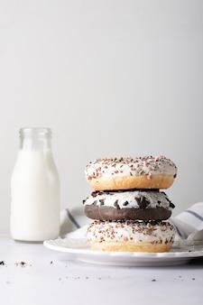Stapel geglazuurde donuts met hagelslag en melkfles