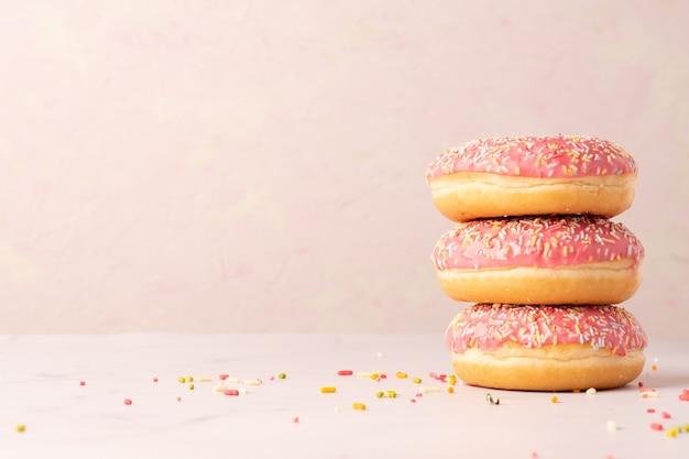 Stapel geglazuurde donuts met kopie ruimte en hagelslag