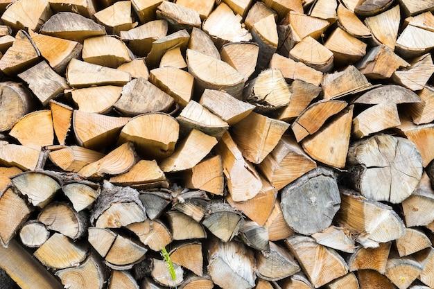 Stapel gehakt brandhout klaargemaakt voor de winter