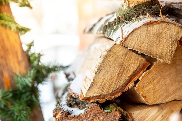 Stapel gehakte stapel brandhout in de sneeuw voorbereiding van brandhout voor de winter.