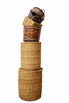 Stapel geïsoleerde rieten handgemaakte manden voor thuisopslag