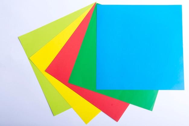 Stapel gekleurd papier op witte achtergrond