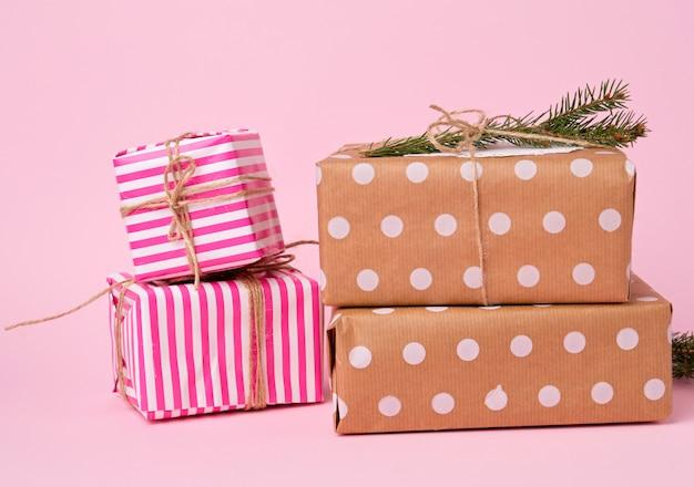 Stapel gekleurd papier verpakt geschenkdozen. geweldig ontwerp voor elk doel