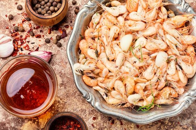 Stapel gekookte gepelde garnalen