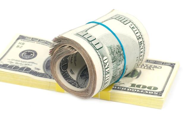 Stapel geld-contant geld van amerikaanse dollars die op witte muur worden geïsoleerd