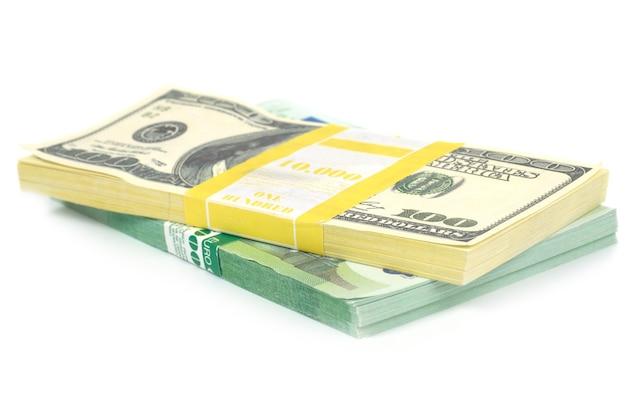 Stapel geld contant geld van amerikaanse dollars en euro's geïsoleerd op een witte achtergrond