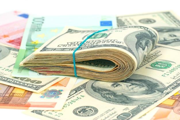 Stapel geld contant geld van amerikaanse dollars en euro's voor zakelijke achtergrond