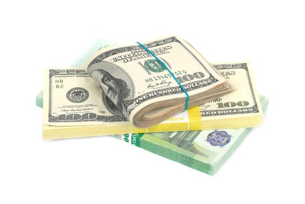 Stapel geld-contant geld van dollars en euro's die op witte muur worden geïsoleerd