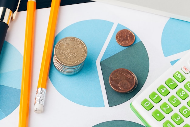 Stapel geldmuntstukken met millimeterpapier op houten lijst, concept in rekening, financiën en de groei van zaken
