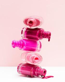 Stapel gemorste nagellak met open flessen