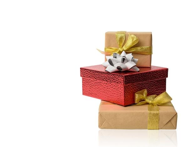 Stapel geschenken verpakt in bruin kraftpapier en gebonden met zijden lint, dozen geïsoleerd op een witte achtergrond, element voor ontwerper