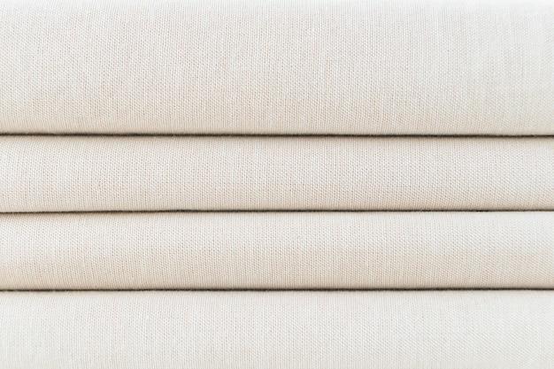 Stapel gevouwen beige geweven stof met patroon